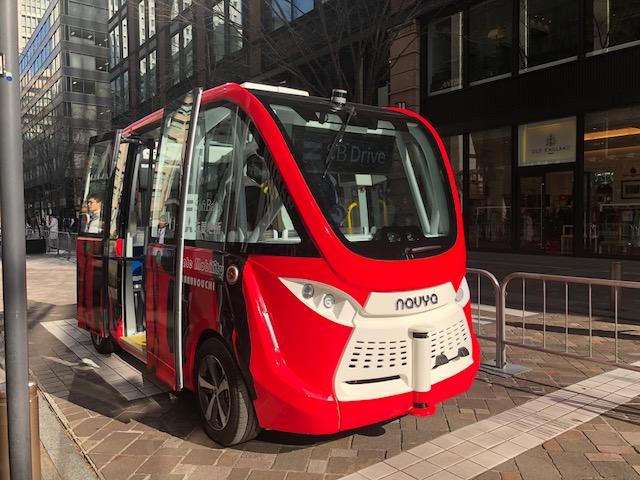 事務所ビルの前で自動運転バス
